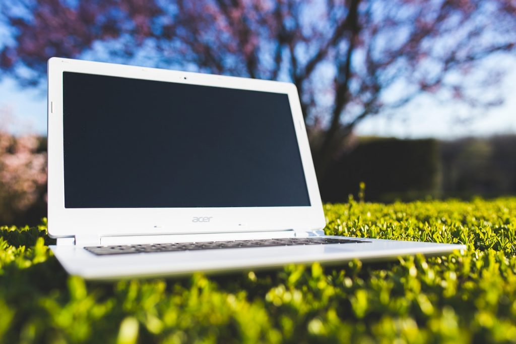 Pixabay-laptop-in-the-grass